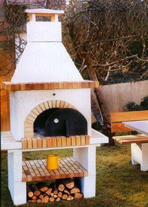 шашлычницы и барбекю во дворе дома